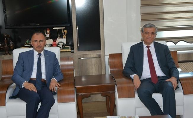 Sn. Valimiz İbrahim Özefe, veda ziyaretleri kapsamında Belediye Başkanımız Sn. Faruk Köksoy'u Makamında ziyaret etti