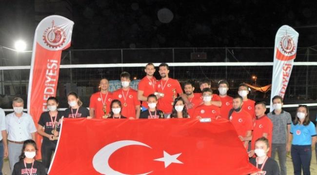 Kurtuluş Kum Voleybol Turnuvası'nda Kupalar Sahibini Buldu