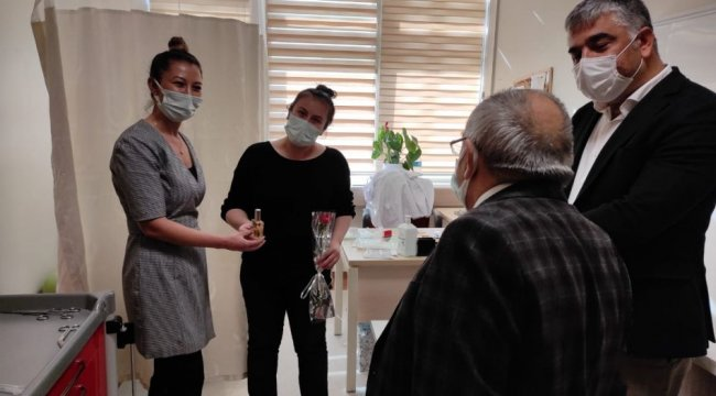 Siirt'te sağlık çalışanlarına karanfil sürprizi