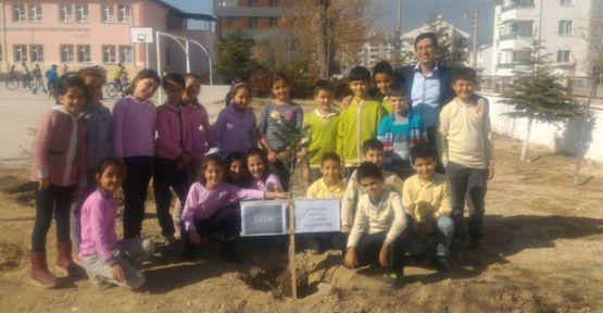 Hamza Anaç İlkokulu Öğrencileri Atatürk Anısına Ağaç Dikti