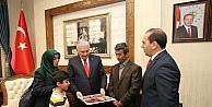 Şehit ailesi için yaptırılan evin anahtarı Başbakan Yıldırımdan