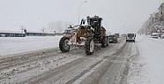 Karaman'da kar yağışı devam ederken belediye aralıksız çalışıyor