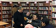 Vali Süleyman Tapsız, kütüphanede öğrencilerle sohbet etti